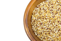 Mistura do Quinoa e do bulgur na bacia de madeira Foto de Stock Royalty Free