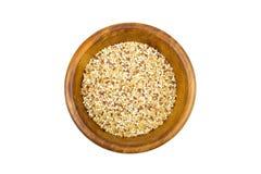 Mistura do Quinoa e do bulgur na bacia de madeira Foto de Stock
