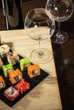 A mistura do sushi serviu o jantar, vinho tinto na tabela no restaurante imagens de stock royalty free