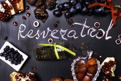 mistura dos frutos frescos e das bagas, ricos do chá verde com os ingredientes de alimento crus do resveratrol Fundo da nutrição fotografia de stock royalty free