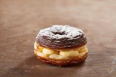 Mistura enchida creme do croissant e da filhós imagem de stock
