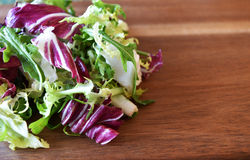 Mistura fresca da salada verde em de madeira Fotos de Stock Royalty Free