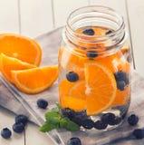 Mistura infundida Flavored fresca da água do fruto de laranja, mirtilo e Fotos de Stock Royalty Free