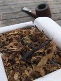 Mistura inglesa do cigarro de tubulação na caixa e na tubulação abertas no backgro Fotografia de Stock Royalty Free