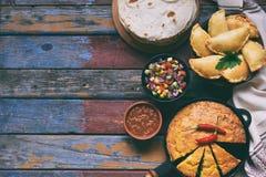 Mistura mexicana do alimento - tacos, cornbread, salsa com molho do tomate, de cebola vermelha, de cal, de coentro, de milho e de foto de stock
