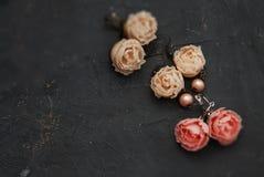 A mistura placa redonda preta de Earings da cor plástica falsificada de Mini Rosess Pink e do pêssego copia o espaço Ofício, arte fotos de stock royalty free