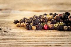 Mistura seca do grão de pimenta no fundo de madeira Imagem de Stock Royalty Free