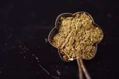A mistura tailandesa do caril é feita com nardo, kaffir, galangal e t fotos de stock