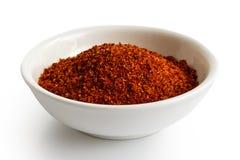 Mistura vermelha da especiaria do BBQ na bacia cerâmica branca fotos de stock royalty free