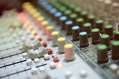 Misturador análogo de rádio na sala da transmissão com backgound do borrão imagem de stock royalty free