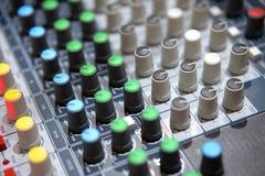 Misturador análogo na sala da transmissão fotos de stock