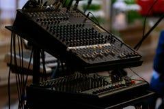 Misturador audio com as barras da corrediça e dos botões que são usadas para ajustar o som imagem de stock