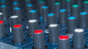 Misturador audio dos botões coloridos modulares do sintetizador, equipamento da música engrenagens do estúdio de gravação, ferram imagens de stock
