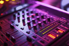 Misturador audio na luz violeta macia Foto de Stock