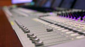Misturador audio profissional Uma profundidade de campo pequena, ampolas de cintilação Mãos do funcionamento audio do coordenador video estoque
