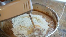 Misturador bonde que prepara a massa crua da cookie e o chocolate quente para cozer vídeos de arquivo