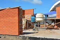 Misturador concreto do cimento no canteiro de obras da casa Misturador concreto, misturador concreto foto de stock royalty free