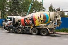 Misturador concreto, que é pintado como o matryoshka Imagem de Stock Royalty Free