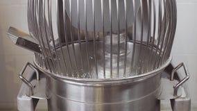 Misturador de alimento industrial de trabalho produzindo o creme de leite filme
