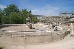 Misturador de cimento em uma planta do cimento. Rússia Fotos de Stock Royalty Free