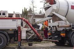 Misturador de cimento no concreto de transferência a uma bomba concreta móvel fotografia de stock