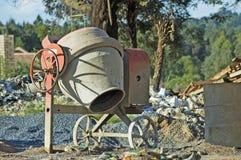 Misturador de cimento no local de edifício Imagens de Stock Royalty Free