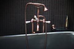 Misturador de cobre do torneira com punhos da porcelana fotos de stock