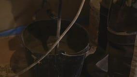 Misturador de giro que mistura a solução concreta na cubeta no canteiro de obras vídeos de arquivo