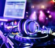 Misturador do DJ com auscultadores foto de stock