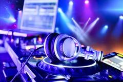 Misturador do DJ com auscultadores imagem de stock royalty free