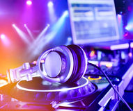 Misturador do DJ com auscultadores fotos de stock