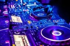 Misturador do DJ com auscultadores fotografia de stock