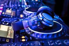 Misturador do DJ com fones de ouvido imagens de stock