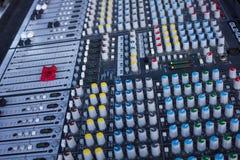 Misturador do DJ com lotes dos botões e dos botões imagem de stock
