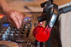 Misturador do DJ com os fones de ouvido no clube noturno O DJ mistura a trilha no clube noturno no partido DJ equipamento de som fotos de stock