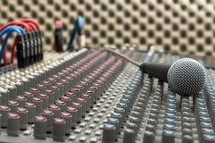 Misturador e microfone do estúdio Fotografia de Stock Royalty Free