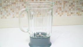 Misturador na cozinha Dispositivo doméstico elétrico da cozinha e do agregado familiar vídeos de arquivo