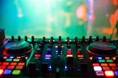 Misturador que remoto o DJ no clube noturno no partido para a música profissional controla fotografia de stock royalty free