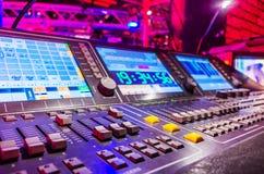 Misturador sadio audio com botões e slideres fotos de stock royalty free