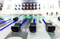 Misturador sadio audio com botões e slideres foto de stock