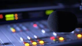 Misturador sadio e microfone no estúdio de transmissão no rádio video estoque