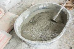 Misturando um cimento no salver Imagem de Stock Royalty Free