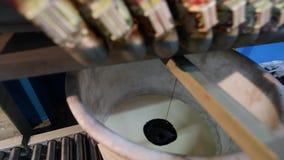 Misturar pinturas em um dispositivo especializado, misturando pinta em uma f?brica filme