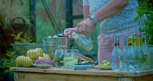 Misturar xarope em um coquetel em uma cozinha do exterior filme