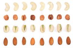 Misture amêndoas nuts, pistaches das avelã dos cajus isolados no fundo branco Vista superior Configuração lisa Imagem de Stock Royalty Free