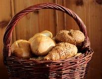 Misture o pão fresco na cesta no fundo de madeira na vida imóvel Vista lateral Conceito do alimento, espaço para seu texto foto de stock royalty free