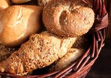 Misture o pão fresco na cesta no fundo de madeira na vida imóvel Vista superior Conceito do alimento, espaço para seu texto imagens de stock royalty free