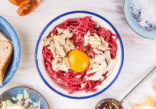 Misture para rissóis da carne no fundo de madeira branco Imagem de Stock Royalty Free