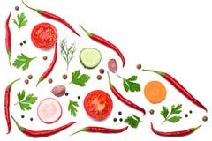 misture pimentas de pimentão encarnados com a salsa e pepino cortado e cenoura isolados na opinião superior do fundo branco Fotografia de Stock