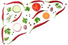 misture pimentas de pimentão encarnados com a salsa e pepino cortado e cenoura isolados na opinião superior do fundo branco Foto de Stock Royalty Free